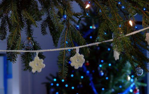 DIY Crocheted Snowflake Garland by Debajo Un Botón...