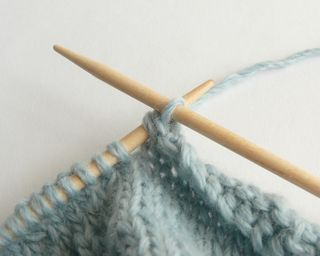 Tutorial:  Stretchy bind-off  by Debajo un botón...